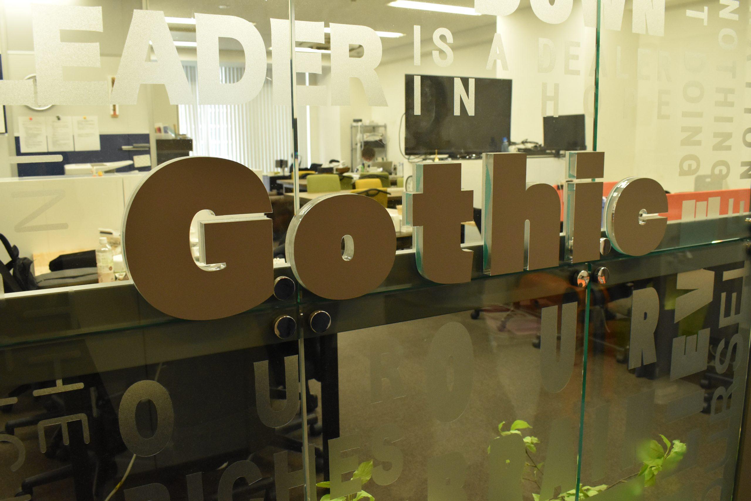 Gothic制作会社のロゴ入り社内風景